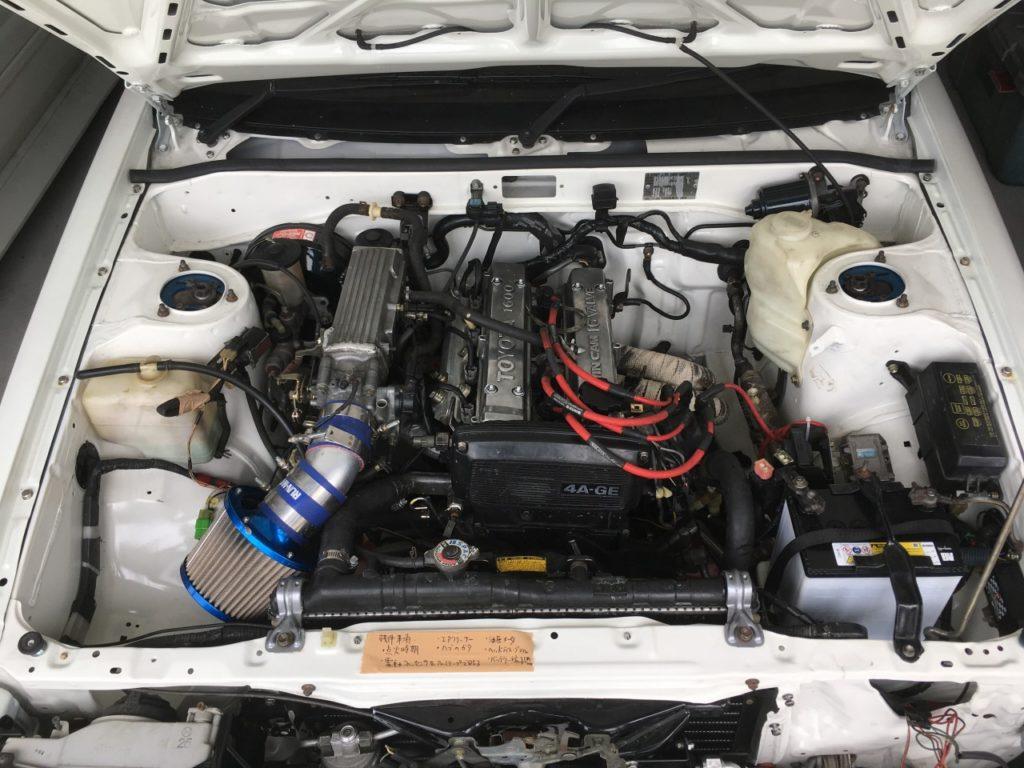 仕上がったAE86のエンジンルーム