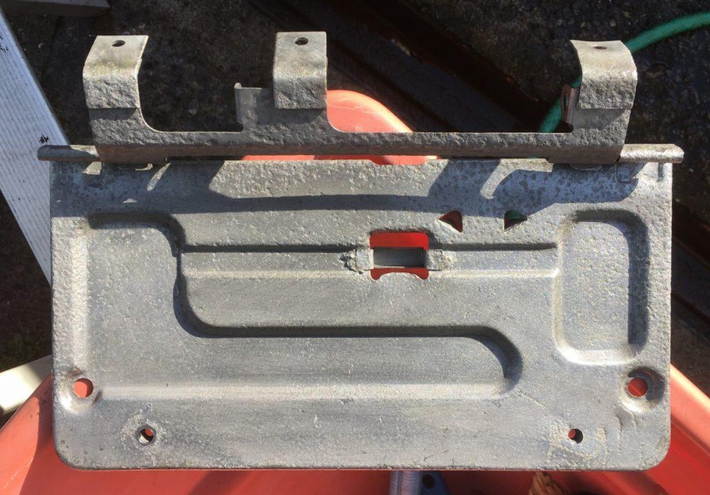 サビ取り液に浸漬してサビを除去したナンバーフレーム