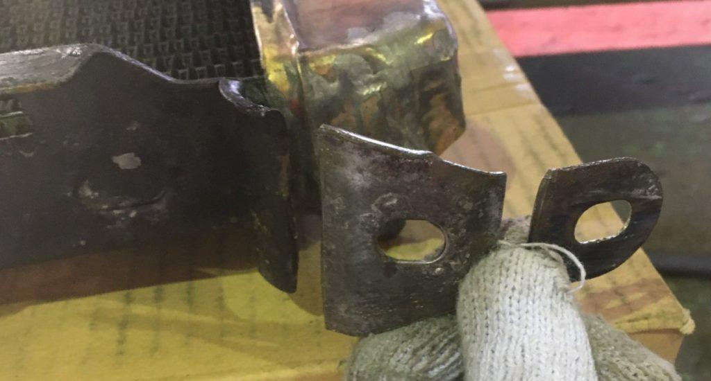 漏れ朱里のために切り刻んだラジエータの補強ステー