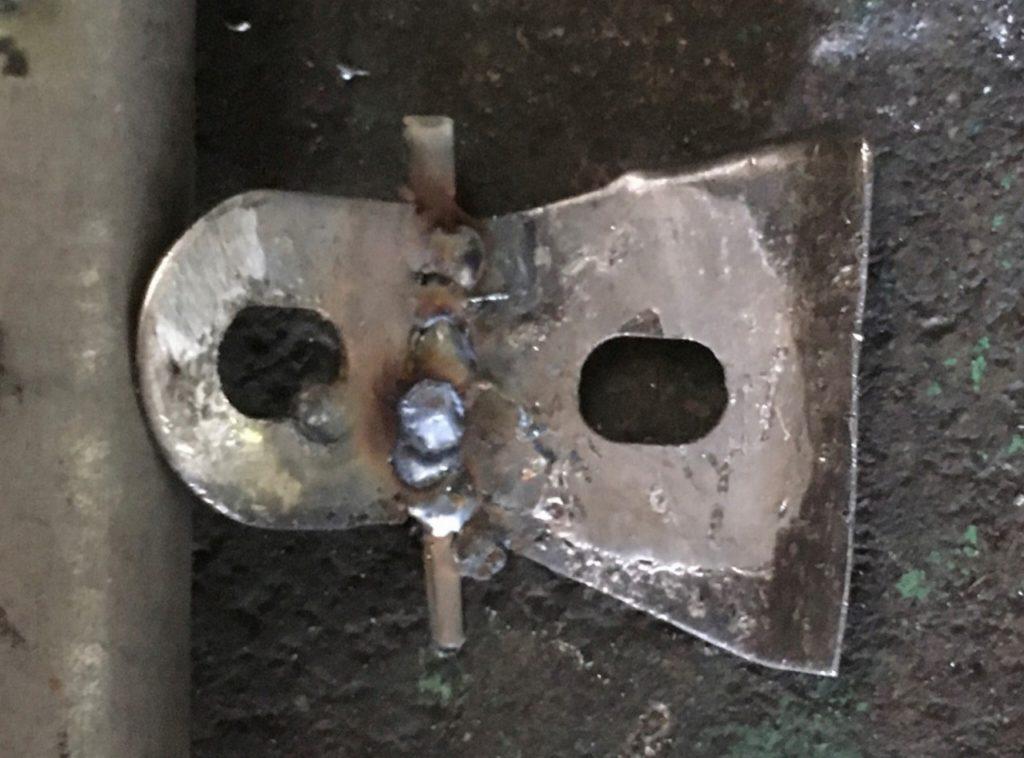 補助部材を足して切り刻んだステーを溶接