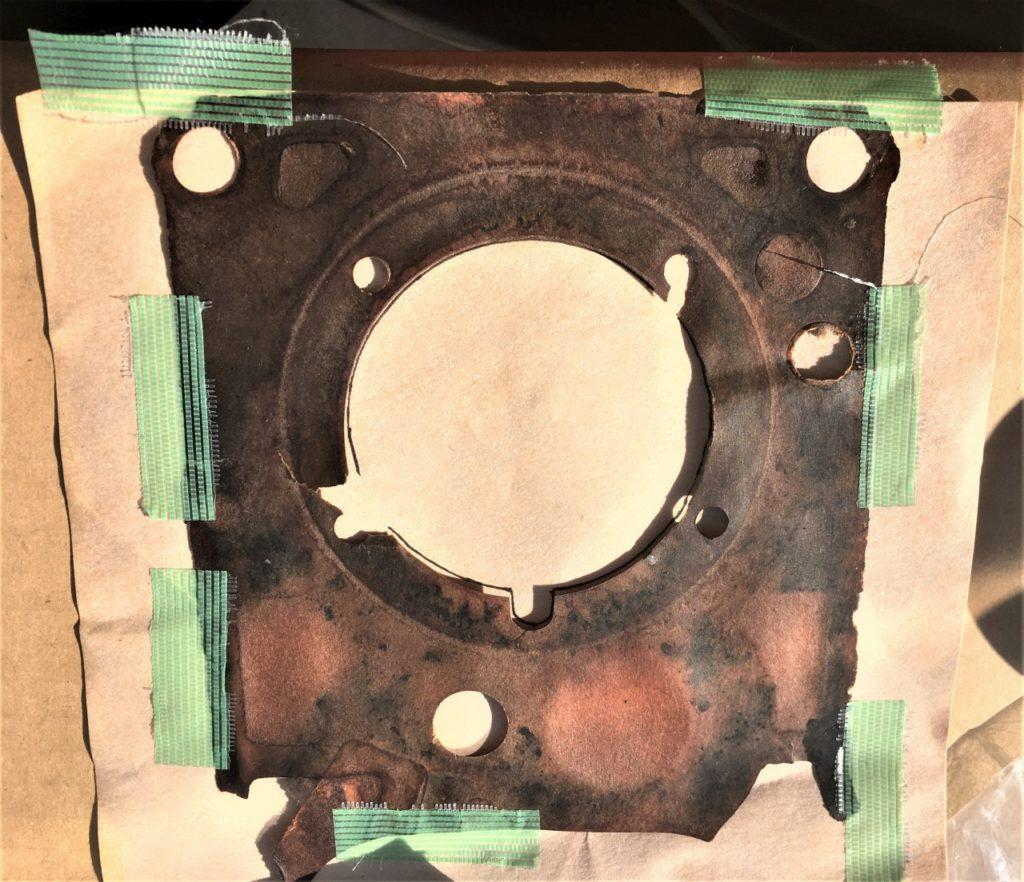 紙ガスケットに劣化したガスケットをあてがって形状を写し取る