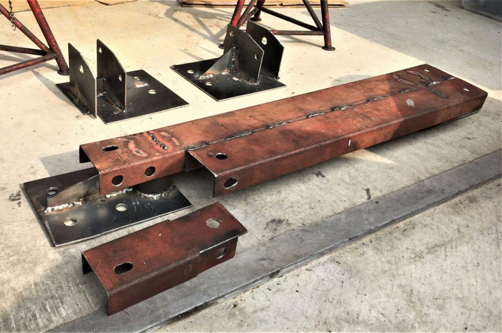 フロント側はフレームのメンバー取付ボルトを利用。リア側は板バネ取り付け部